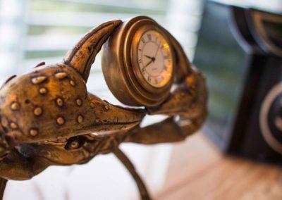 Crab accessory, metallic holding a clock